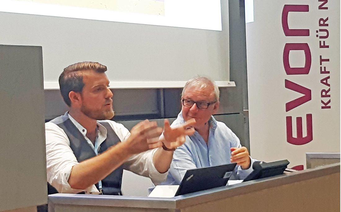 """Lucas Vogelsang und Joachim Król in ihrem Element. Sie lasen im Plenarsaal vor 150 Zuhörern aus ihrem Erzählband """"Was wollen die denn hier"""""""