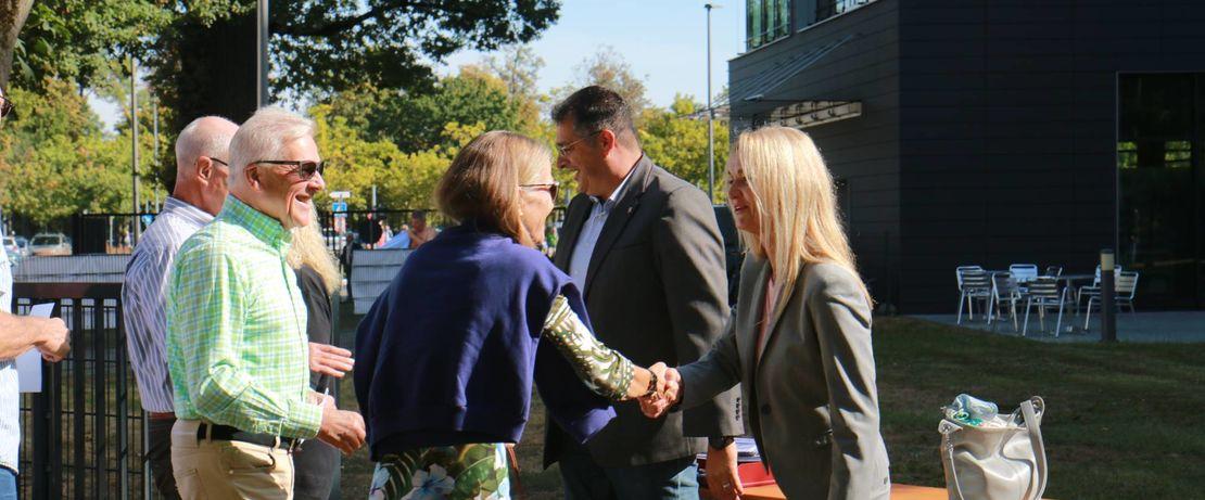 Mit Handschlag begrüßten Standortleiterin Kerstin Oberhaus und Betriebsrat Hussin el Moussaoui, von rechts, ihre Gäste. Foto: Evonik Industries