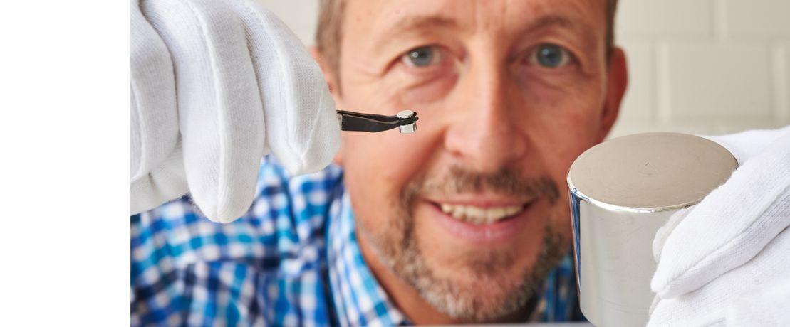 Keine ganz exakten Kopien: Bernhard Schröder mit Massestücken für ein Kilogramm und ein Gramm.