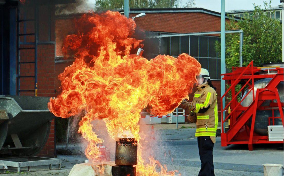 Fettbrandexplosionen sehen spektakulär aus - draußen, mit der Feuerwehr in Hindergrund. Zuhause möchte das niemand erleben, falls es doch passiert: Decke drauf!