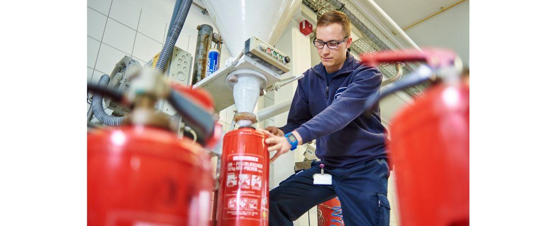 Die Werkfeuerwehrleute überprüfen auch Feuerlöscher. Das gehört zum vorbeugenden Brandschutz. Hier füllt Steffen Weicker nach der Kontrolle das Löschpulver wieder ein.