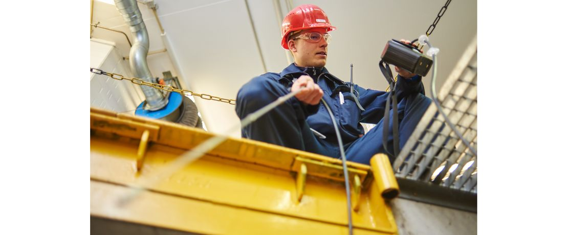 Vor Instandhaltungsarbeiten überprüfen Werkfeuerwehrleute die Atmosphäre und geben den Arbeitsplatz frei. Damit weder Sauerstoffmangel noch Explosionsgefahr besteht und auch sonst keine Gefahrstoffe vorhanden sind.