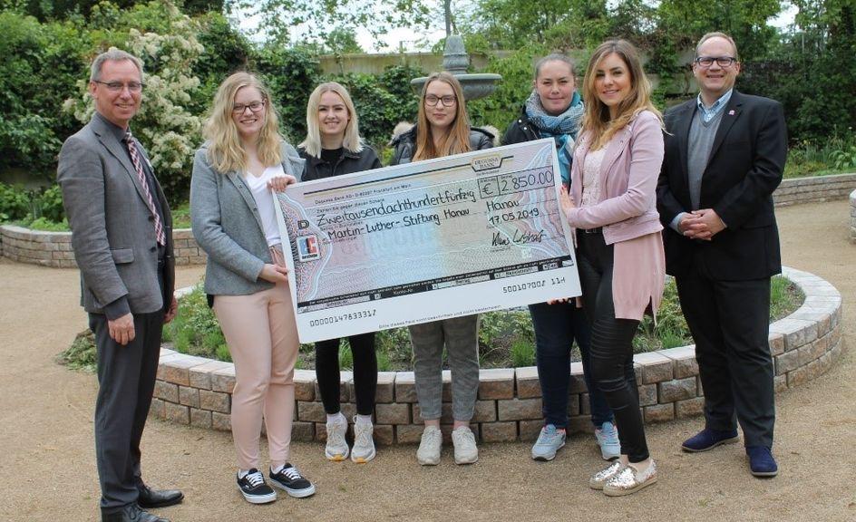 Das Evonik JuniorStore-Team bei der Spendenübergabe vor dem römischen Brunnen. Foto: Evonik Industries