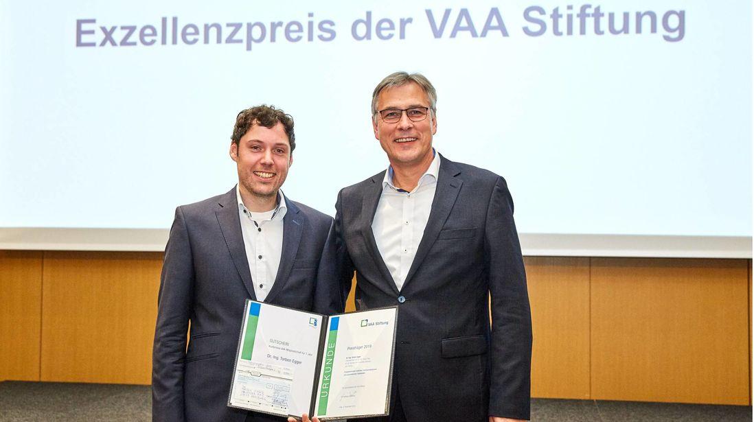 Exzellent: Für seine Dissertation wurde Evonik-Nachwuchswissenschaftler Torben Egger, links, ausgezeichnet. Erster Gratulant war Thomas Sauer, Vorsitzender Gesamtsprecherausschuss von Evonik.