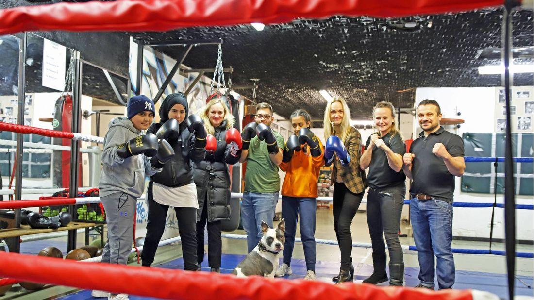 Schlagende Argumente: Die Unterstützung der Evonik Stiftung für das Training im BoxGym kam gut an. Susanne Peitzmann, Evonik Stiftung, 3. v. l., und Standortleiterin Kerstin Oberhaus, 6. v. l., freuten sich mit Sozialpädagogin Anne Heigl, 7. v. l.
