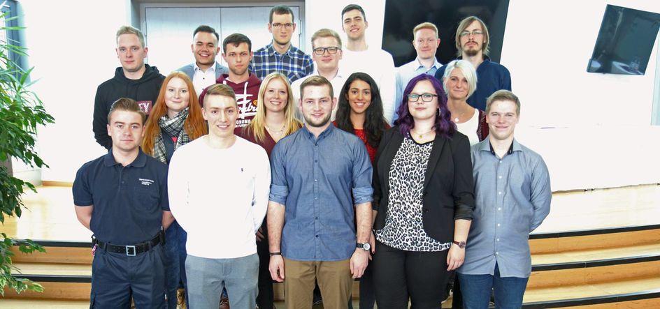 Strahlende Gesichter im Industriepark Wolfgang: 18 junge Leute haben ihre Berufsausbildung erfolgreich gemeistert und damit ein solides Fundament für ihre weitere berufliche Karriere gelegt. Foto: Evonik