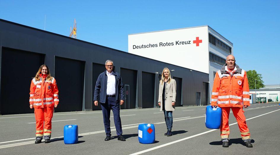 Standortleiterin Kerstin Oberhaus freut sich, dass Evonik helfen kann, die Engpässe bei den Hanauer Hilfsorganisatoren zu überwinden.