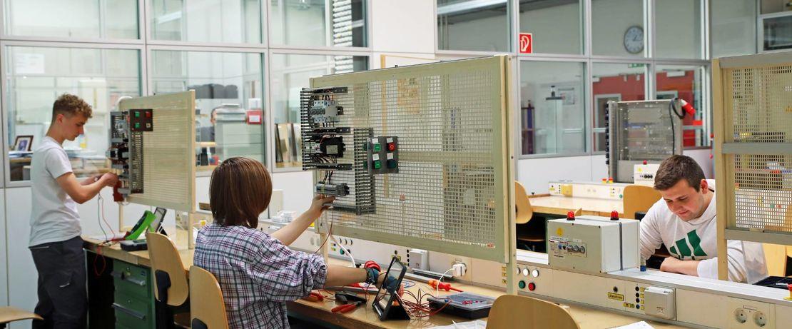 Auch bei den Industriemechatronikern wird auf Abstand gearbeitet. Ein Platz bleibt immer frei.
