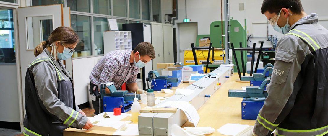 In der Ausbildungswerkstatt halten die Auszubildenden Abstand. Wo dies nicht immer möglich ist, tragen sie Mund-Nasen-Bedeckungen. Fotos: Evonik Industries