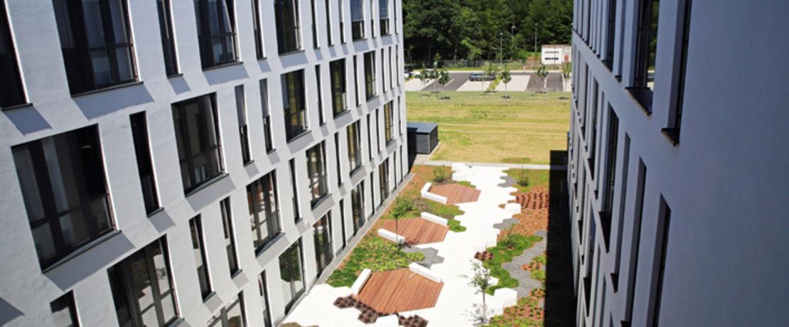 Modernes Exterieur: Der innovative Neubau glänzt mit attraktiver Hofgestaltung.