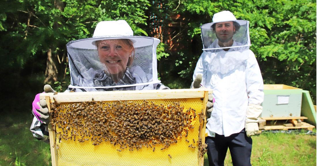 Fleißig: Die Evonik-Mitarbeiter Jasmin Mankiewicz und Daniel Fischer sind Hobby-Imker. Sie haben im Industriepark insgesamt fünf Jungbienenvölker angesiedelt.