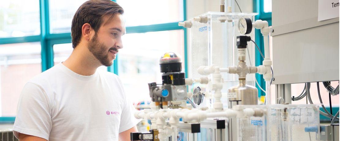 Im Kleinformat: An Miniatur-Anlagen lernen die Azubis das, was sie in der Chemie-Anlage später können müssen.