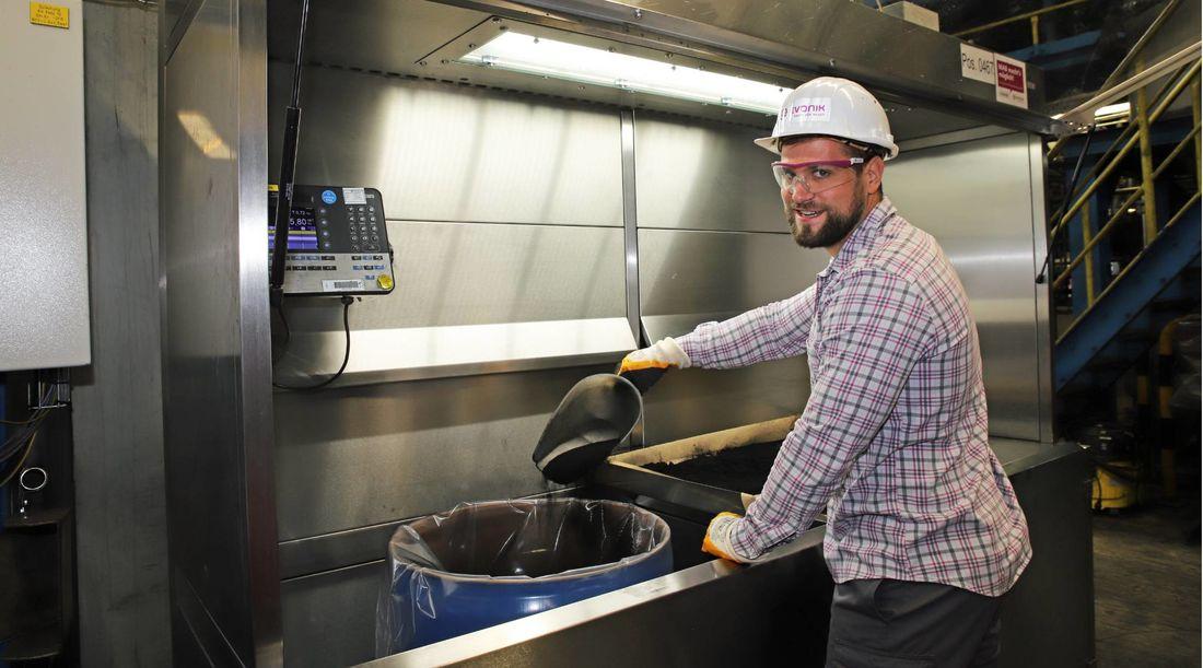 Die neue Absaugkabine sorgt dafür, dass Stäube deutlich effizienter aufgefangen werden können. Benjamin Pietzsch sorgte mit seiner Abschlussarbeit für mehr Sicherheit im Betrieb.