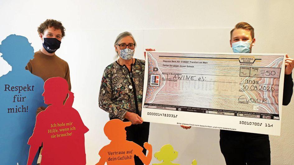 Christa Klose nahm den symbolischen Spendenscheck für Lawine e.V. aus den Händen des JuniorStore-Teams entgegen. Foto: Evonik Industries