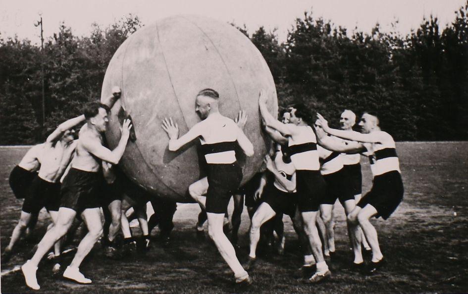 Die Nationalsozialisten instrumentalisierten den Sport und inszenierten große Sportfeste – wie hier im Jahr 1934 das Degussa Sportfest. Foto: Konzernarchiv Evonik Industries