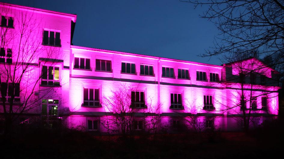 Neun Tage lang wird das Gebäude an der Rodenbacher Chaussee lilafarben angeleuchtet, um der Opfer des Anschlags vom 19. Februar 2020 zu gedenken. Im Anschluss erstrahlt es im Rahmen der Internationalen Wochen gegen Rassismus in Regenbogenfarben.