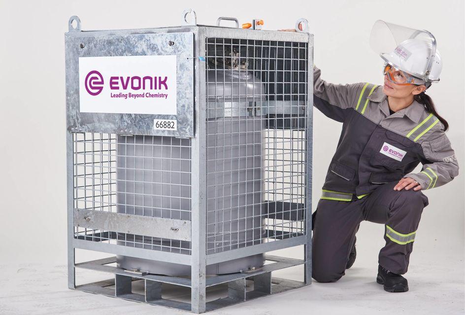 Der Transportbehälter aus Reinaluminium fasst 220 Liter. Foto: Evonik Industries