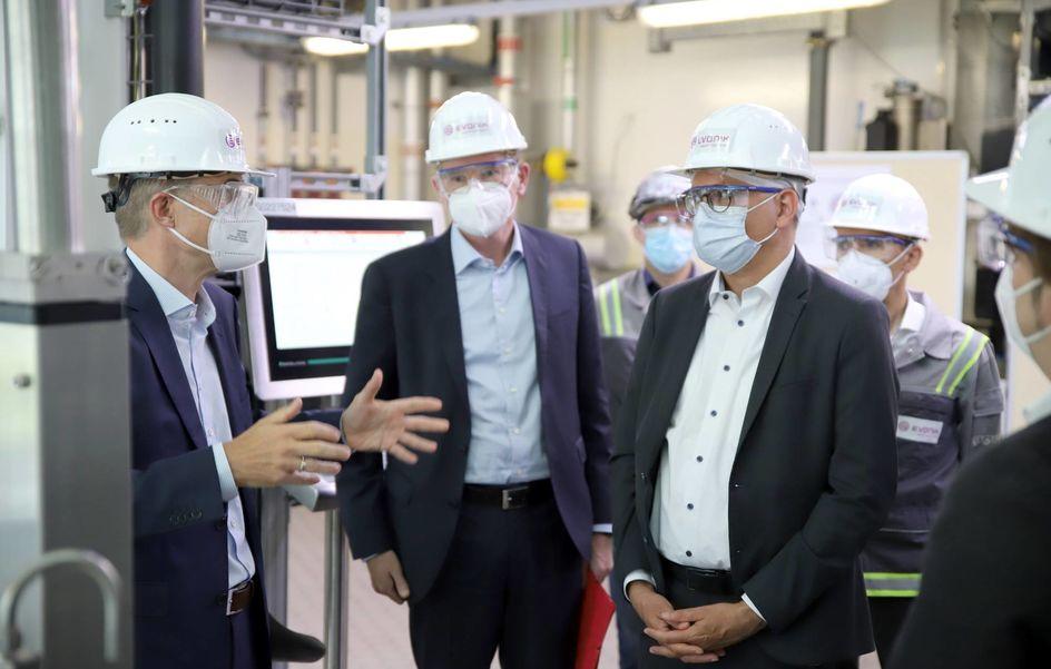 Der Minister, im Bild mit Dr. Thomas Riermeier und Dr. Thomas Hermann (v.r.n.l.), zeigte sich beeindruckt über das Tempo, in dem die Anlage aufgebaut wurde. Foto: Evonik Industries