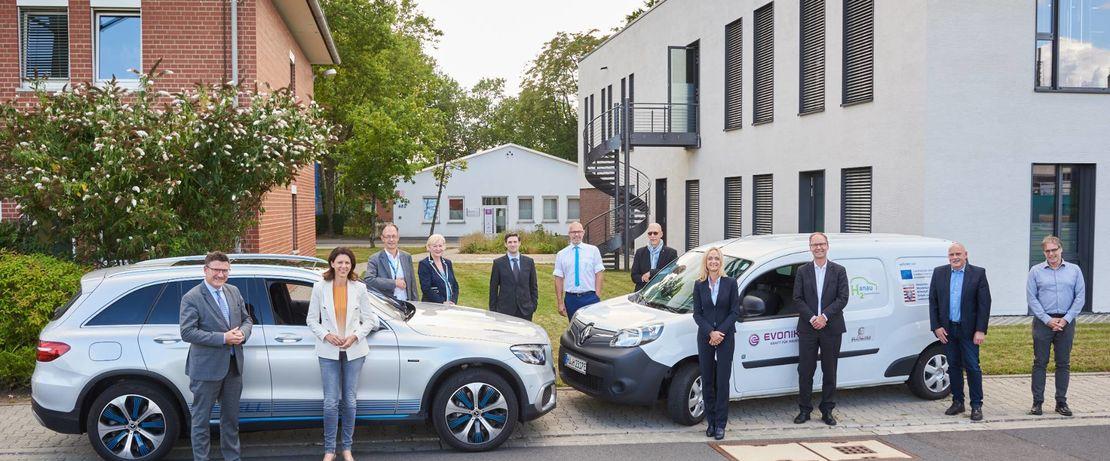 Katja Leikert und Stefan Kaufmann (vordere Reihe rechts) tauschten sich mit den Kooperationspartnern des Projektes H2anau im Industriepark Wolfgang aus