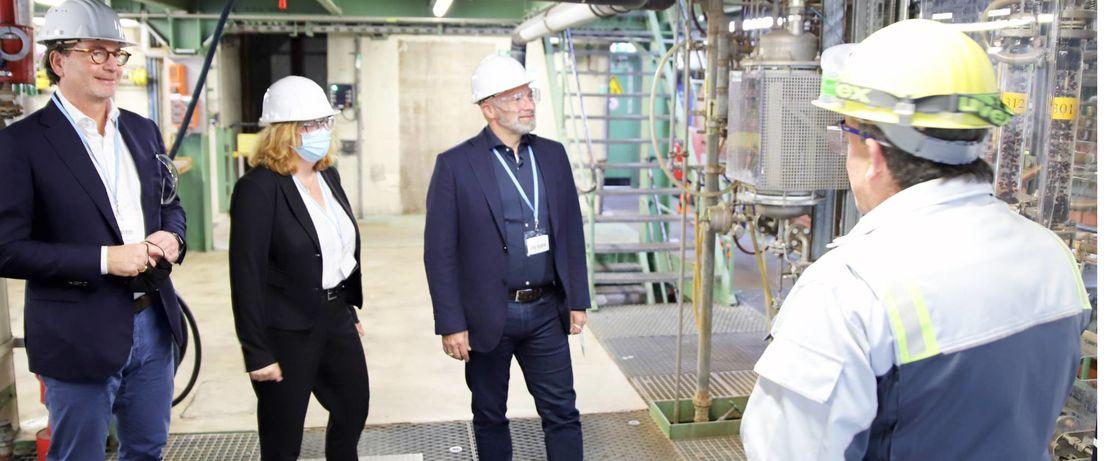 Holger Sauerstein von Evonik erläutert René Rock, Barbara Fiala und Ernestos Varvaroussis (v.r.n.l.) die H2O2 Pilotanlage.  Foto: Evonik Industries