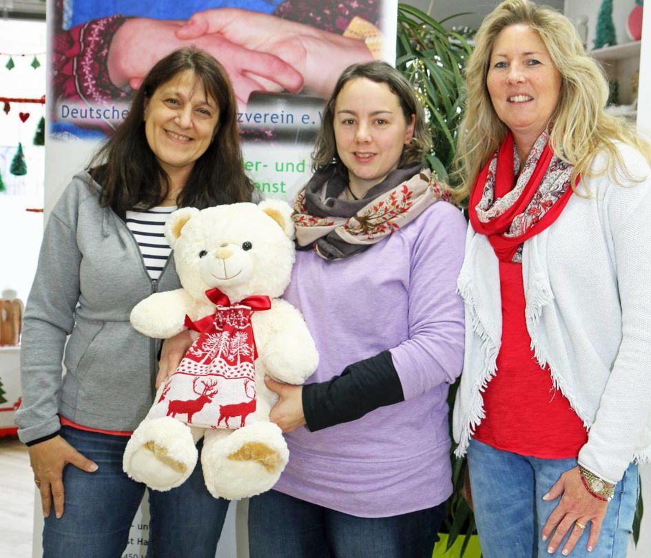 Lisa Criseo-Brack und Alexandra Zein freuten sich sehr über die Zuwendung, die Evonik-Kollegin Silke Hembach übergeben hatte (von links nach rechts).