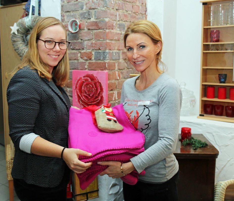 Evonik-Mitarbeiterin Julia Rattke übergab Sabine Assmann (von links) das frühzeitige Weihnachtsgeschenk.