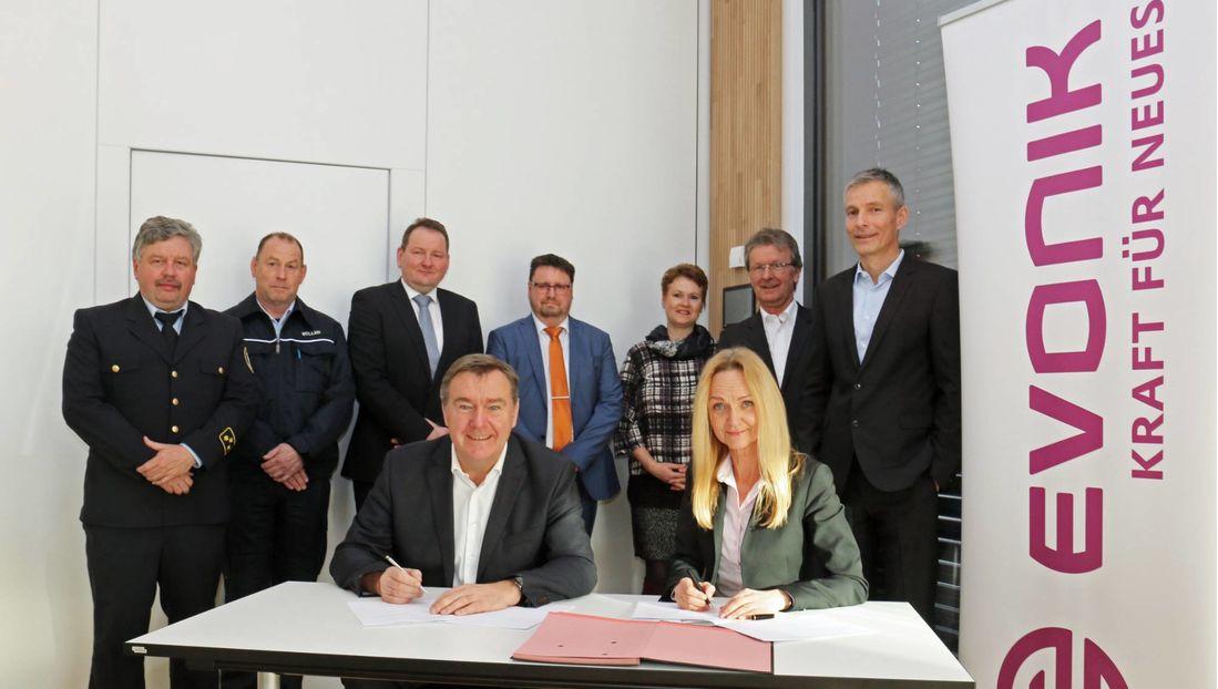OB Claus Kaminsky und Standortleiterin Kerstin Oberhaus unterzeichneten den Vertrag zur wechselseitigen Bereitstellung von Löschwasser im Bedarfsfall.