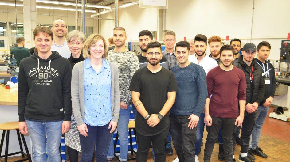 """Die zehn geflüchteten Teilnehmer von """"Start in den Beruf"""" sind zwischen 17 und 30 Jahre alt und kommen aus Syrien, Afghanistan, dem Irak und dem Iran."""