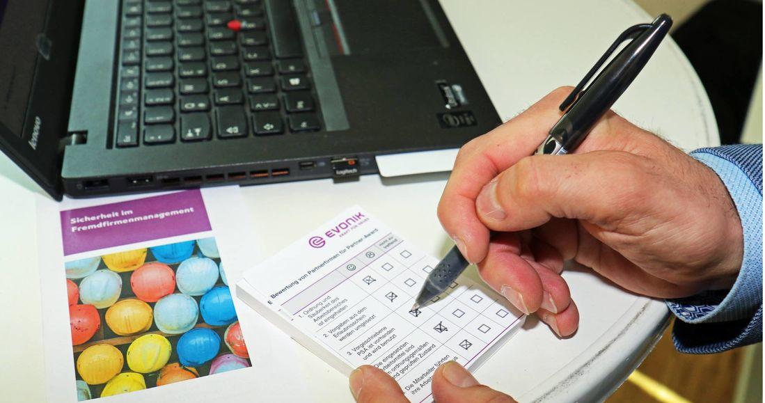 Kreuz für Kreuz: Der Technische Service gibt Blocks heraus für die Bewertung von Partnerfirmen in Bezug auf deren Sicherheitsverhalten.