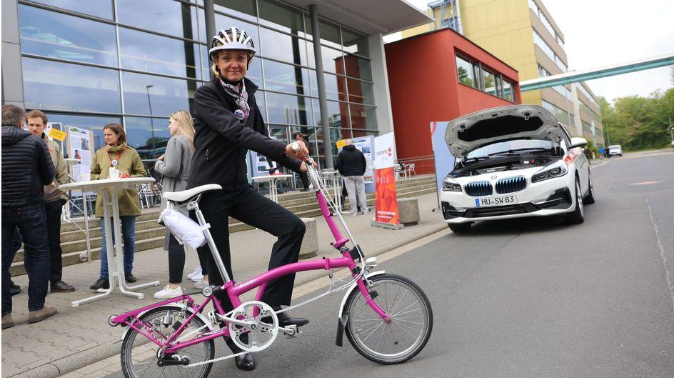 Standortleiterin Kerstin Oberhaus mit ihrem Evonik-Rad – ein echtes Unikat.