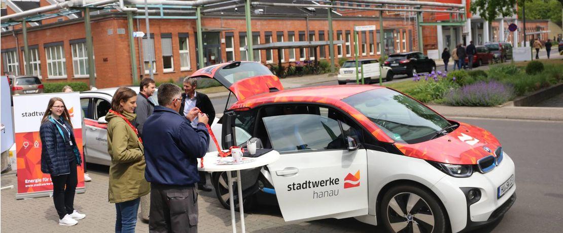 Die Elektroautos der Stadtwerke fanden viel Aufmerksamkeit.Fotos: Evonik Industries